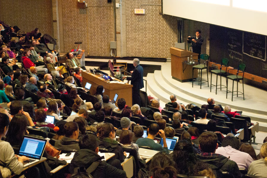 A full house at the debate. (Elizabeth Flannery / McGill Tribune)